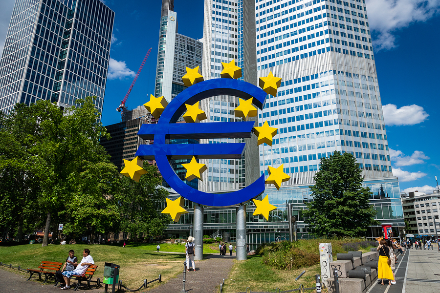 Stockfoto-ID: 320940202 Copyright: uskarp, Bigstockphoto.com Frankfurt, Germany - July 2019: Euro Sign at European Central Bank (ECB), the central bank for the euro and administers the monetary policy of the Eurozone in Frankfurt, Germany.